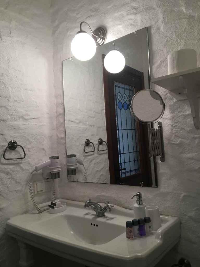 bozcaada-talay-baglari-konukevi-uzum-sarap-otel-banyo-vitray