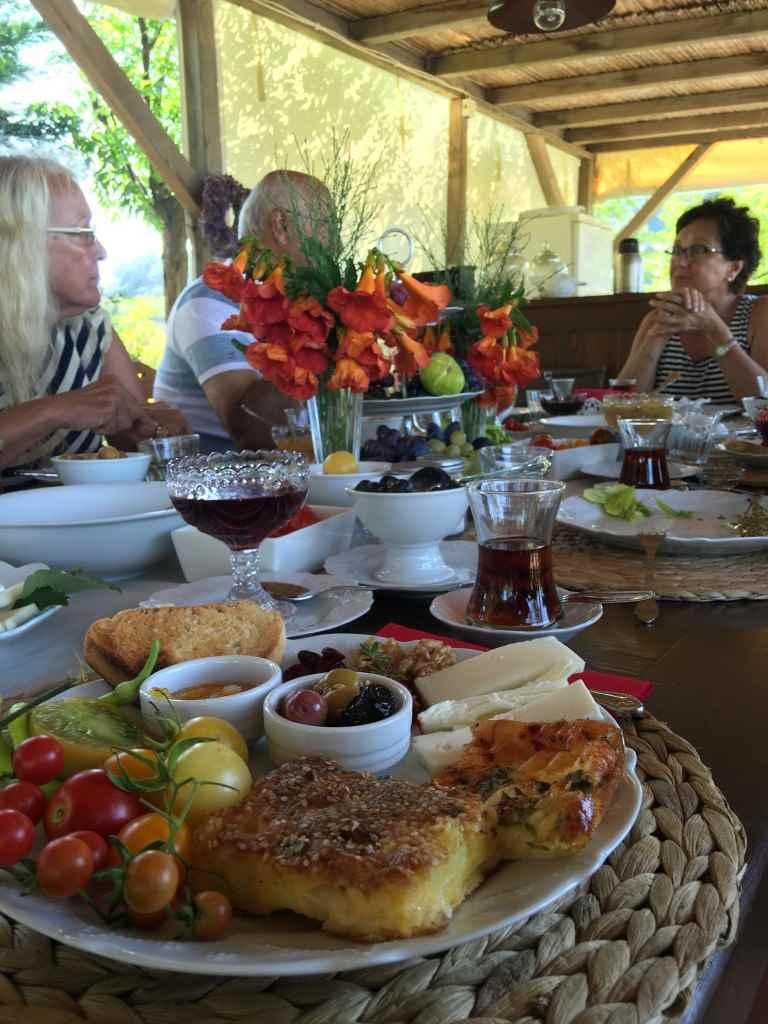 bozcaada-talay-baglari-konukevi-uzum-sarap-otel-omlet-borek