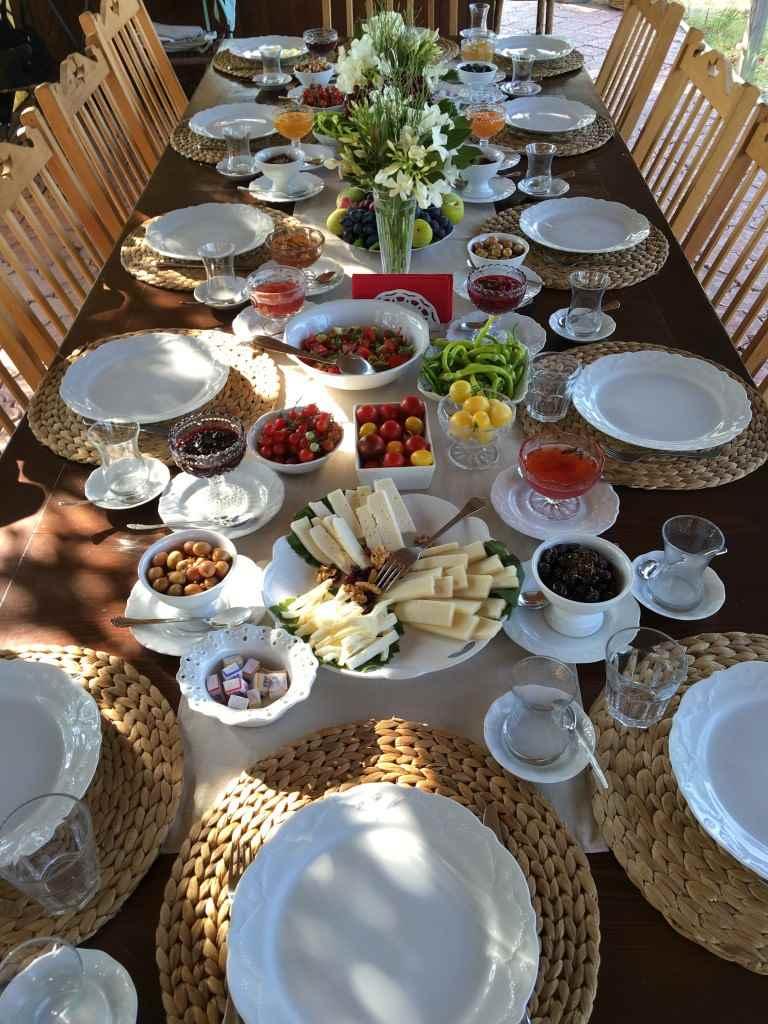 bozcaada-talay-baglari-konukevi-uzum-sarap-otel-recel-kahvalti-sofra