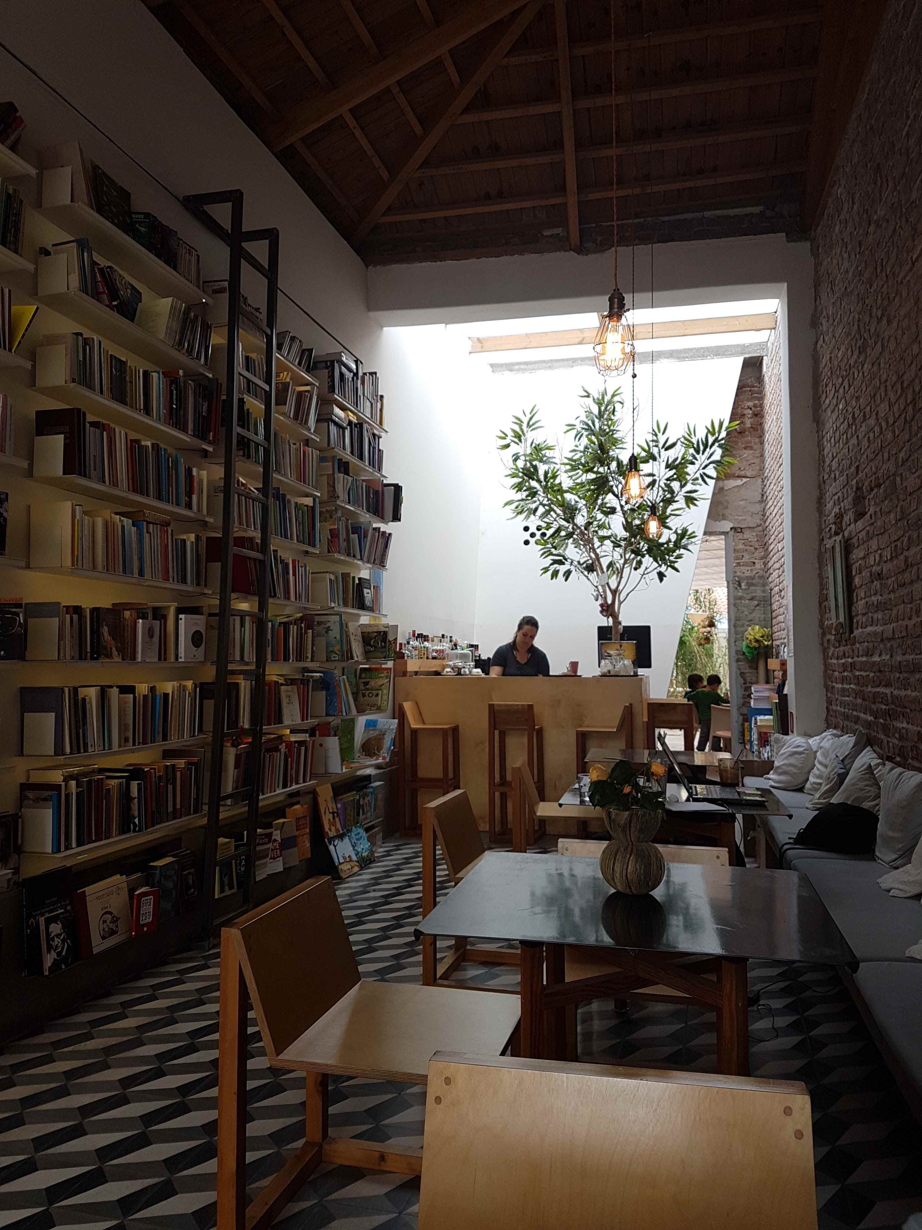 yesempatik-alexandroupoli-mekan-rehberi-yeme-icme-kafka-bookstore